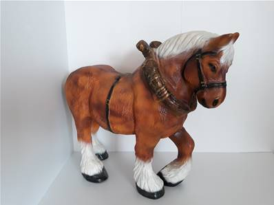 Sculpture en résine d'un cheval de trait L-95cm